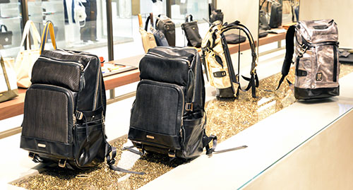 GINZA SIX LIMITED BACKPACK No.02560-GL(手前)/¥130,000 No.01741-GL(奥ゴールド&シルバー)/¥100,000