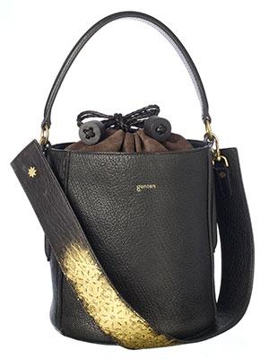 """ステラ・ドーロ <GINZA SIX限定> """"伝統技法と現在ファッションの融合""""がテーマ。会津若松の伝統技法である蒔絵を昇華させた技術を用いたバッグ。表面に金箔や金粉でgenten のアイコン柄を浮き立たせたもの。¥140,400(税込)"""