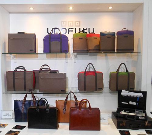 (株)ウノフク カラフルなビジネスバッグを中⼼に展⽰。アメリカやカナダの来場者から引き合いあり ●www.unofuku.com