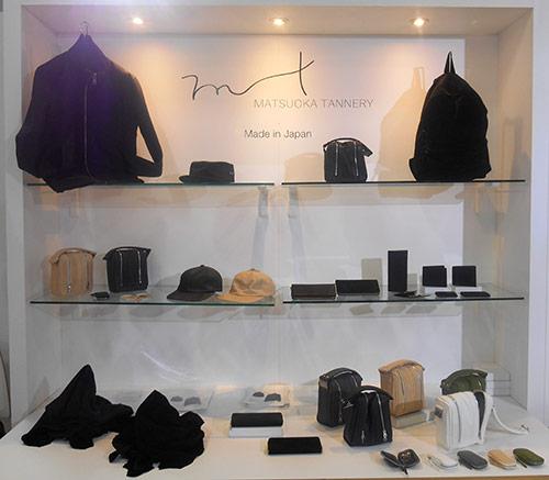 松岡⽪⾰ 初出展の松岡⽪⾰は、カーフレザーのジャケットや財布、ハンドバッグのデザイン性を評価され、アメリカからの来場者を中⼼に引き合いあり ●www.hyota.com/matsuoka/