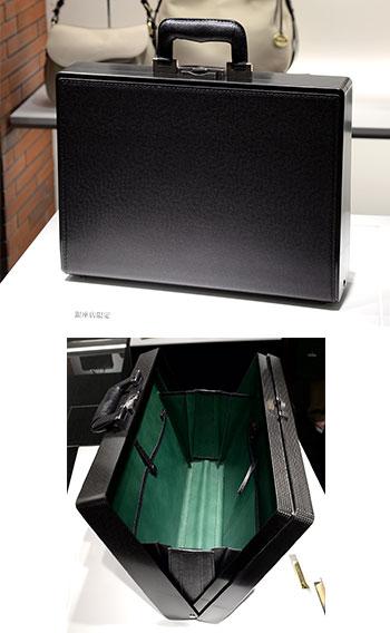 DCF(DRY CARBON FRAMED BAG) 口枠に炭素繊維を樹脂で成形した高強度素材であるドライカーボン、ボディにはインポートのハイクラスレザー、内装には馬革採用の、ダレスバッグを現代的解釈で再構築した「進化系ダレスバッグ」。3つの異素材を組み合わせる技術はメイドインジャパンのモノづくりの集大成。素材:牛革、カラー:黒、¥600,000