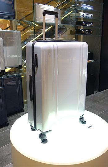 ブランド最軽量のポリカーボネイト製スーツケース「ZRL」。女性も使いやすいベーシックで上品なカラーバリエーション。4サイズ、¥55,000~¥70,000