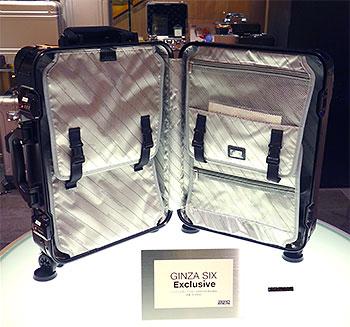 アルミニウム合金製トローリー「Geo Aluminum」のGINZA SIX限定バージョン。内装は抗菌・防臭効果のある生地にブランド名を織り込んだオリジナル仕様。限定20本。¥150,000