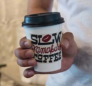 販売するコーヒーカップの「SLOW KAMAKURA COFFEE」はオリジナルデザイン